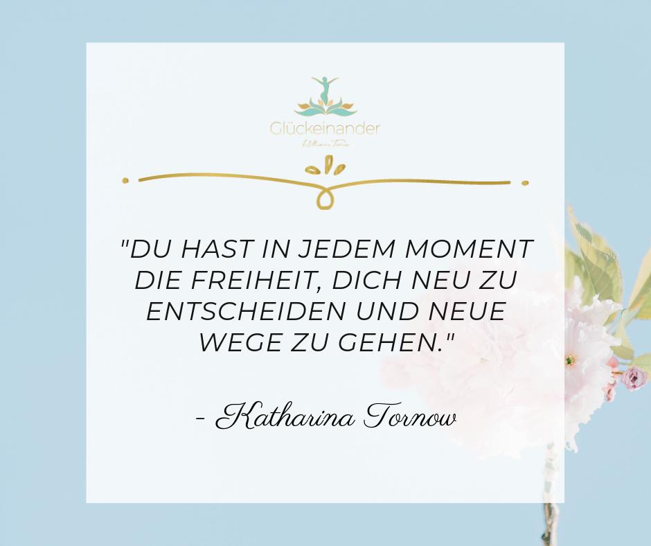 Zitat Glücklich sein, glücklich leben: Du hast in jedem Moment die Freiheit, dich neu zu entscheiden und glücklich zu sein